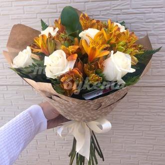 Белые розы и альстромерии